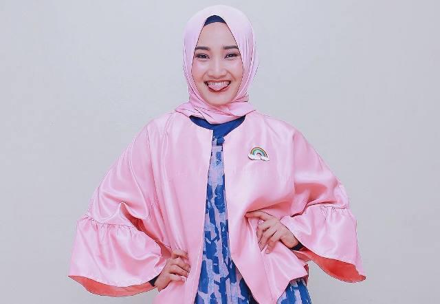 https: img.okezone.com content 2021 05 27 617 2416097 5-inspirasi-gaya-hijab-fatin-shidqia-lubis-yang-baru-lulus-dari-rsdc-wisma-atlet-nItfNq37zu.jpg