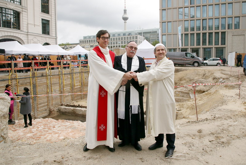 https: img.okezone.com content 2021 05 28 18 2416696 dorong-kerukunan-masjid-gereja-dan-sinagoga-dibangun-di-bawah-satu-atap-di-berlin-J69UN7nLbZ.jpg