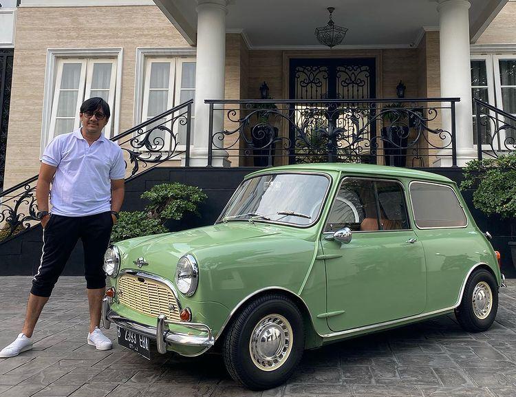 https: img.okezone.com content 2021 05 28 199 2416964 intip-garasi-andre-taulany-ini-6-koleksi-mobil-klasik-sultan-bintaro-DZolpQgqrk.jpg