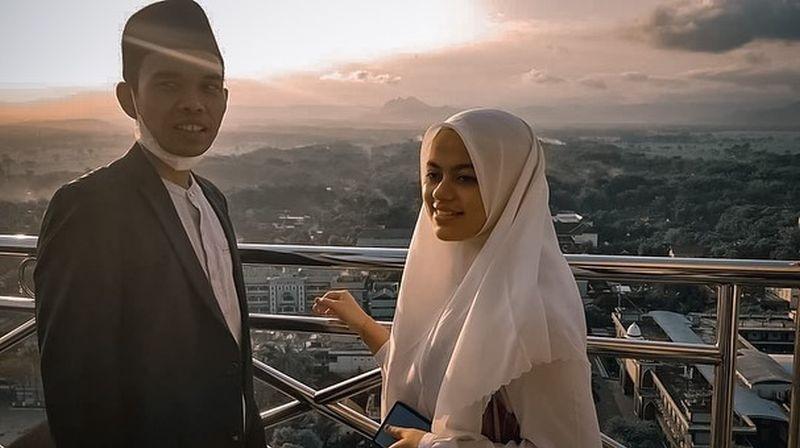 https: img.okezone.com content 2021 05 28 33 2416666 ustadz-abdul-somad-nikmati-pemandangan-singapura-kaki-sang-istri-jadi-sorotan-UyGRXOO6Jf.jpg