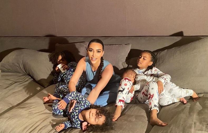 https: img.okezone.com content 2021 05 28 33 2416724 kim-kardashian-dan-4-anaknya-positif-covid-19-TXYsab6xNt.jpg