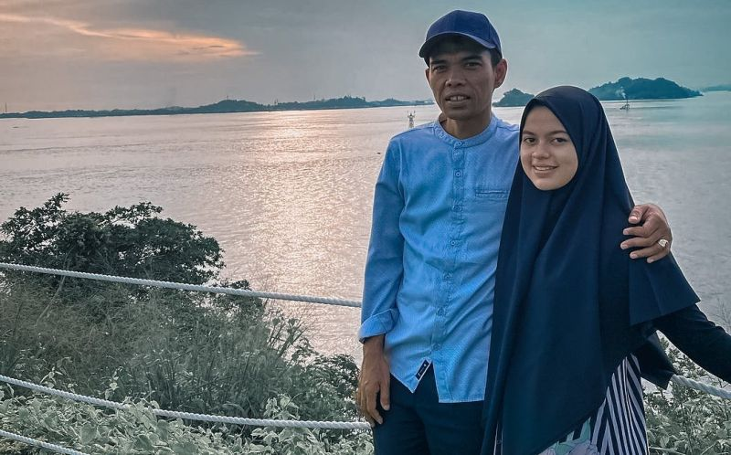 https: img.okezone.com content 2021 05 28 33 2416990 ustadz-abdul-somad-rangkul-istri-fatimah-menikmati-senja-netizen-se-indonesia-baper-C3W55rhpcJ.jpg