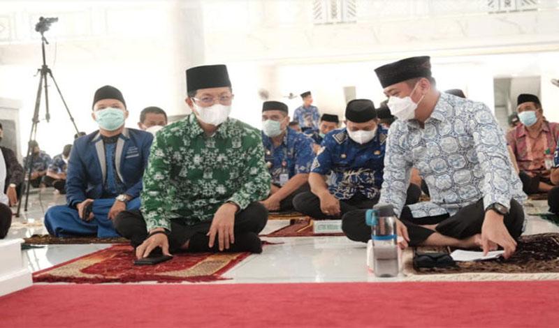 https: img.okezone.com content 2021 05 28 330 2416796 imam-besar-masjid-istiqlal-ingatkan-beribadah-disertai-rasa-cinta-dan-bersyukur-wgtqRwFkaH.jpg