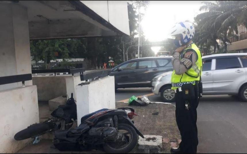 https: img.okezone.com content 2021 05 28 338 2416548 kecelakaan-motor-adu-banteng-di-perempatan-mh-thamrin-ada-korban-tewas-iqYRDYcSzq.JPG
