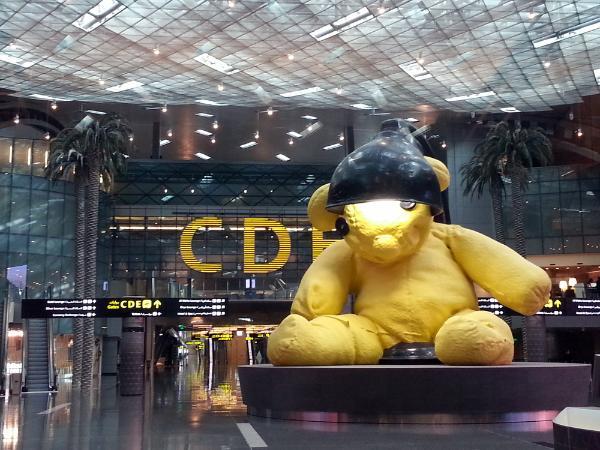 https: img.okezone.com content 2021 05 28 406 2416925 mengintip-teddy-bear-ikon-bandara-doha-dimandikan-ugQloDLhk3.jpg