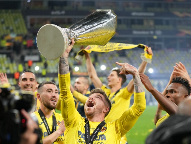 https: img.okezone.com content 2021 05 28 51 2416993 villarreal-juara-liga-eropa-alberto-moreno-ejek-manchester-united-0okSaEGvhI.jpg