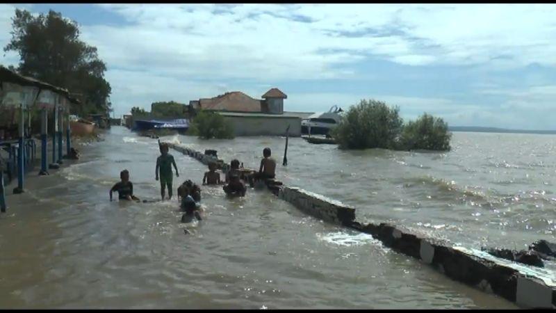https: img.okezone.com content 2021 05 28 519 2416954 usai-gerhana-bulan-total-permukiman-objek-wisata-terendam-banjir-rob-NjcsexSYIf.jpg