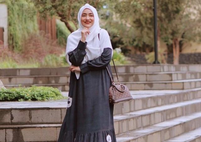 https: img.okezone.com content 2021 05 28 617 2416844 4-gaya-hijab-cindy-fatikasari-tampak-cantik-dan-makin-awet-muda-MrJ0Dcvtll.jpg