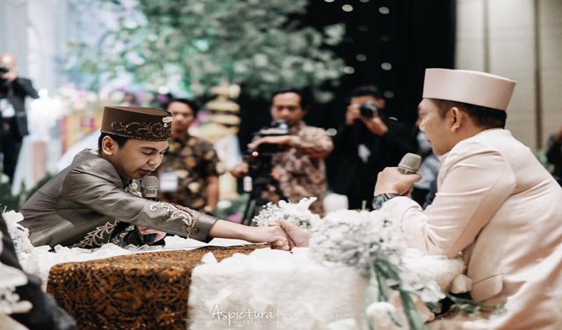 https: img.okezone.com content 2021 05 29 330 2417126 ayah-kandung-punya-kedudukan-utama-sebagai-wali-nikah-saat-menikahkan-anak-perempuan-L9ZslkiU7c.jpg
