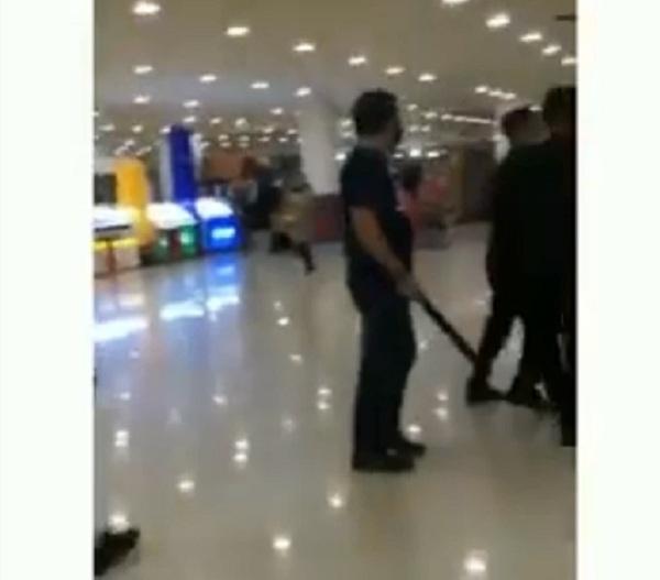 https: img.okezone.com content 2021 05 30 340 2417467 viral-pimpinan-departemen-store-makassar-mengamuk-ancam-karyawan-dengan-senjata-dTnWnHidjP.jpg