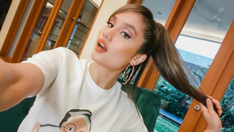 https: img.okezone.com content 2021 05 31 194 2417942 5-gaya-outfit-sederhana-cinta-laura-yang-ogah-beli-tas-branded-5pk3DOopQ0.jpg