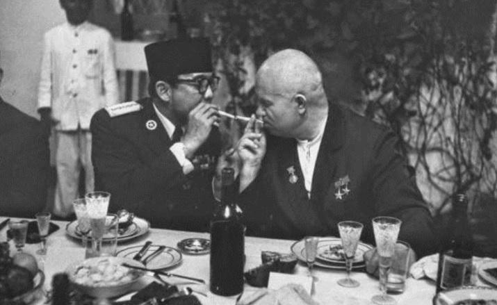 https: img.okezone.com content 2021 05 31 337 2417834 diplomasi-sebatang-rokok-ala-bung-karno-dengan-pemimpin-negara-adidaya-JhKymh6i6D.jpg
