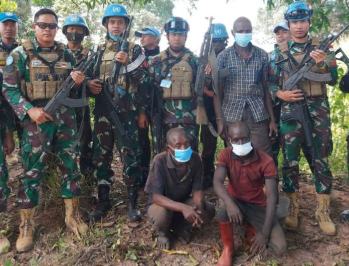 https: img.okezone.com content 2021 05 31 337 2417928 kelelahan-dikejar-di-dalam-hutan-3-milisi-kongo-serahkan-diri-ke-satgas-tni-whqohMSLAQ.jpg