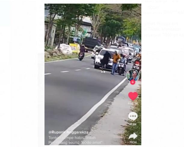 https: img.okezone.com content 2021 05 31 337 2418015 viral-wanita-bercadar-halangi-mobil-lewat-dan-timbulkan-kemacetan-pB1oHbdqpq.jpg