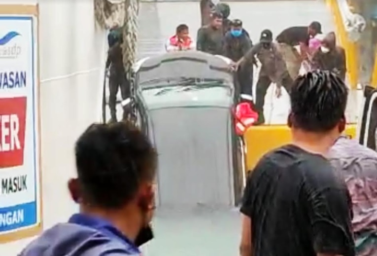 https: img.okezone.com content 2021 05 31 608 2418116 toyota-avanza-jatuh-dari-kapal-feri-di-danau-toba-satu-orang-tewas-H8YZPnkq1S.jpg