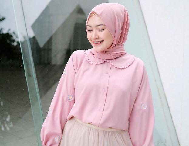 https: img.okezone.com content 2021 05 31 617 2418208 5-inspirasi-gaya-hijab-nuansa-pink-ala-sari-endah-pratiwi-simpel-dan-manis-Hifsp7sonE.jpg