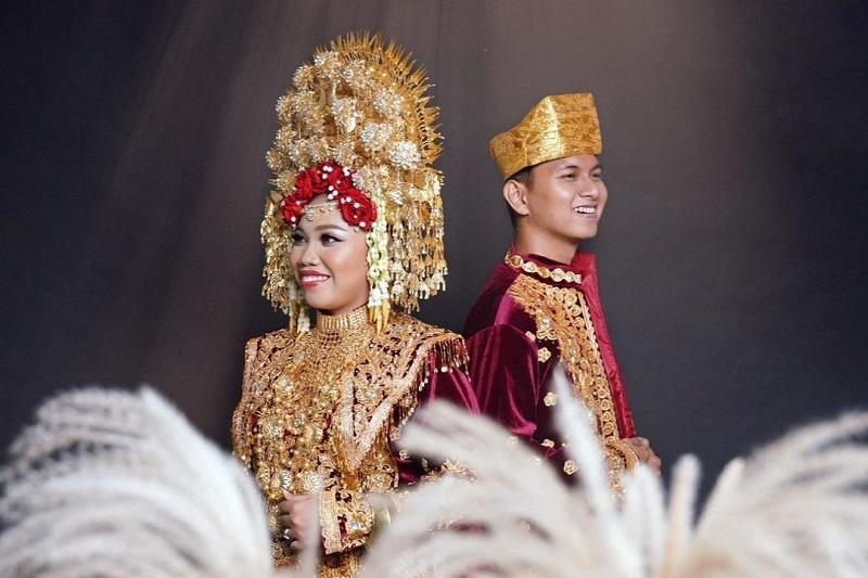 https: img.okezone.com content 2021 06 01 33 2418633 ingin-pakai-suntiang-mumuk-gomez-pemotretan-prewedding-dalam-adat-minang-KHxd0kUQpU.jpg