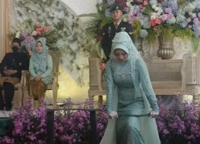 https: img.okezone.com content 2021 06 01 612 2418327 viral-mempelai-wanita-debus-saat-pernikahan-netizen-suaminya-waswas-malam-pertama-WGNPnpzcCu.jpg