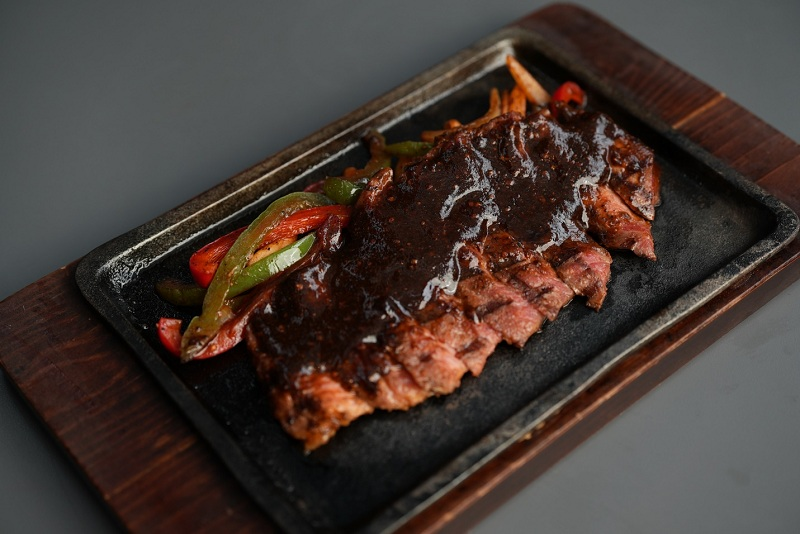 https: img.okezone.com content 2021 06 02 12 2419017 greyhound-cafe-cita-rasa-grilled-sirloin-with-black-pepper-sauce-yang-menggugah-selera-R80ykjlIh6.jpg