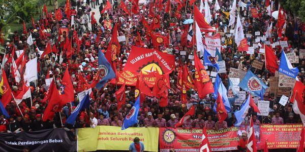 https: img.okezone.com content 2021 06 02 320 2418871 duh-kesejahteraan-buruh-di-indonesia-masih-rendah-8YKsXKC2ZT.jpg