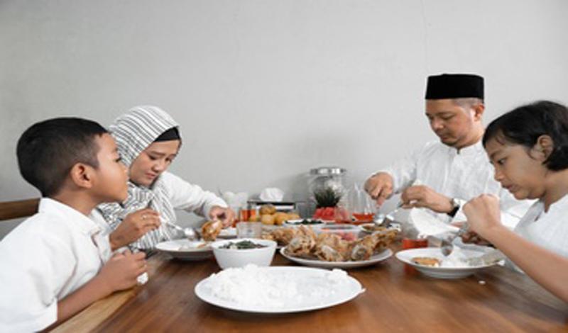 https: img.okezone.com content 2021 06 02 330 2419092 sikap-mulia-nabi-muhammad-saw-tak-pernah-mencela-makanan-1V6KfXrOKE.jpg