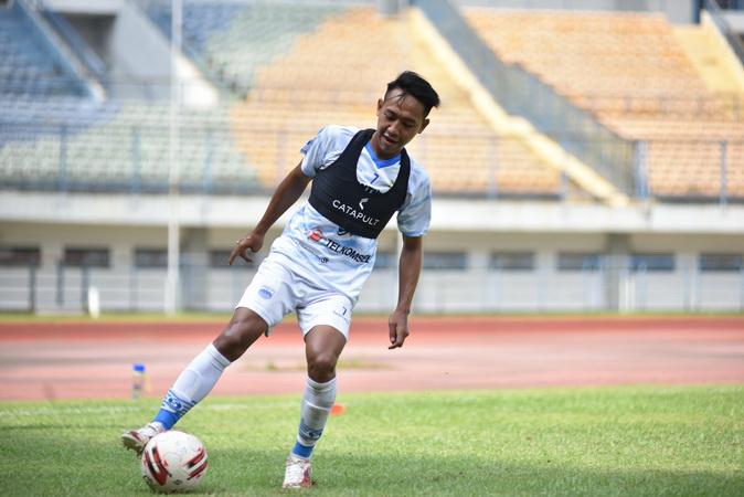 https: img.okezone.com content 2021 06 02 49 2418661 mantan-pemain-timnas-indonesia-u-19-siap-bersaing-di-lini-tengah-persib-bandung-ycwZRc0rJU.jpg