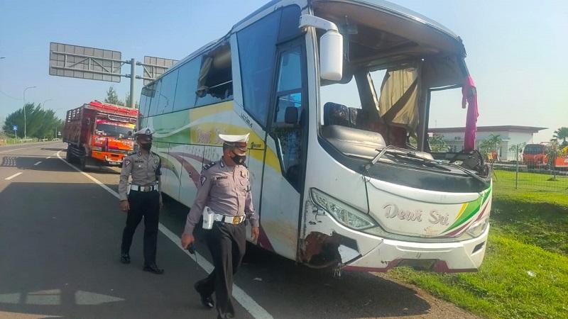 https: img.okezone.com content 2021 06 02 525 2419007 kecelakaan-tunggal-di-tol-cipali-polisi-kejar-pengemudi-bus-MOC4XPPROx.jpg