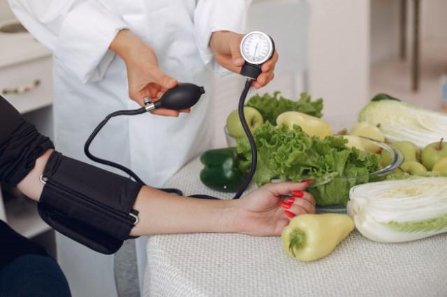 https: img.okezone.com content 2021 06 03 481 2419290 7-cara-mudah-dan-sehat-cegah-gejala-hipertensi-xsw34Y6kEO.jpg