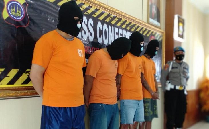 https: img.okezone.com content 2021 06 03 510 2419786 4-kurir-sabu-di-sleman-ditangkap-satu-tersangka-diduga-polisi-d7h0zZ1c5Z.jpg
