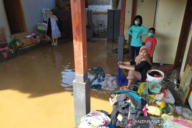 https: img.okezone.com content 2021 06 03 525 2419447 bpbd-segera-dirikan-posko-darurat-banjir-bandang-kabupaten-bandung-HZCUDbi5HA.jpeg