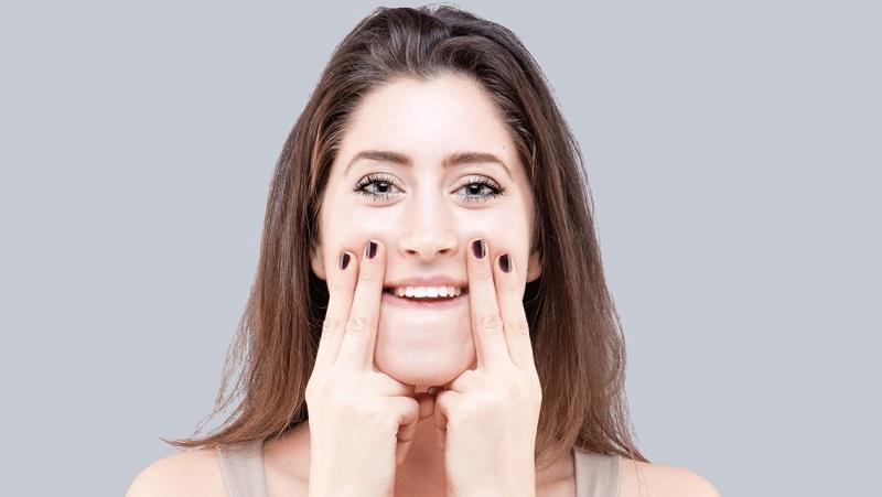 https: img.okezone.com content 2021 06 03 611 2419509 manfaat-face-yoga-untuk-kulit-wajah-dan-mental-yang-sehat-RXPcYXLMIe.jpg