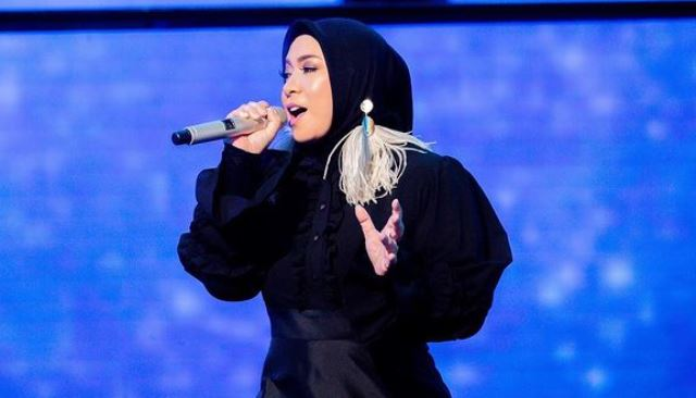 https: img.okezone.com content 2021 06 03 617 2419317 4-gaya-hijab-melly-goeslaw-yang-berhasil-langsing-dalam-waktu-singkat-ooI1aHyLrC.jpg