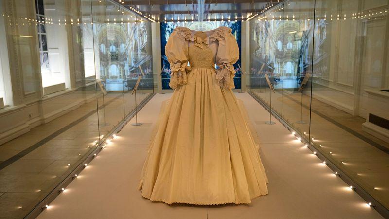 https: img.okezone.com content 2021 06 04 194 2420291 berukuran-7-meter-lebih-gaun-pengantin-putri-diana-dipamerkan-di-istana-kensington-1lw4ei8KAR.jpg