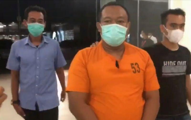https: img.okezone.com content 2021 06 04 340 2420370 jual-ribuan-surat-bebas-covid-19-palsu-calo-tiket-ditangkap-di-bandara-pekanbaru-02Z66r3dh7.jpg