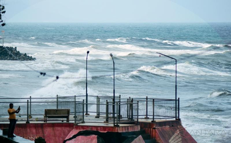 https: img.okezone.com content 2021 06 04 340 2420402 waspada-gelombang-laut-setinggi-4-meter-di-aceh-J2sAlw7NGZ.jpeg