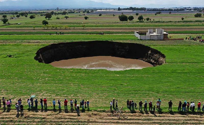 https: img.okezone.com content 2021 06 04 406 2420162 lubang-berdiameter-60-meter-secara-misterius-terbentuk-di-lahan-pertanian-TCjBcLa2Ap.jpg