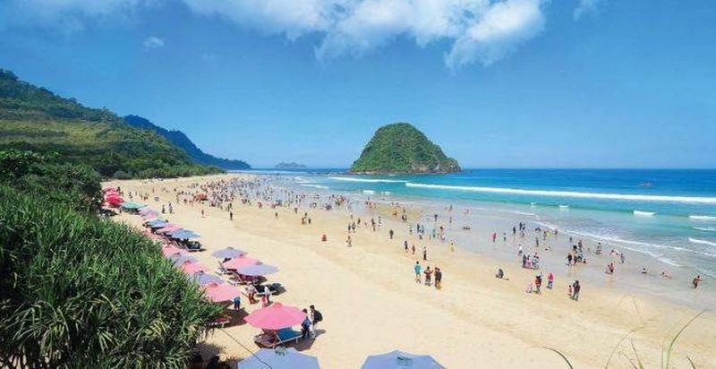 https: img.okezone.com content 2021 06 04 408 2420389 wisata-pantai-pulau-merah-banyuwangi-surganya-pencinta-selancar-di7N7YT39K.jpg
