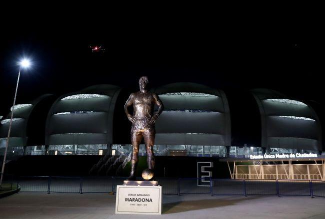 https: img.okezone.com content 2021 06 04 51 2419913 federasi-sepakbola-argentina-luncurkan-patung-emas-diego-maradona-3LV0aAh8j3.JPG