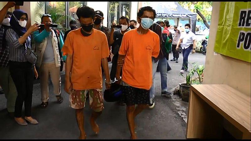 https: img.okezone.com content 2021 06 04 519 2420003 apes-2-maling-ini-jual-helm-curian-ke-korbannya-sendiri-GvqZxDFxAZ.jpg