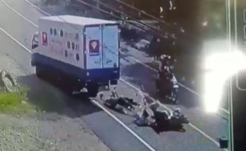https: img.okezone.com content 2021 06 04 609 2420319 tragis-ayah-dan-anak-tewas-terlindas-mobil-boks-o9cE43aaOh.jpg