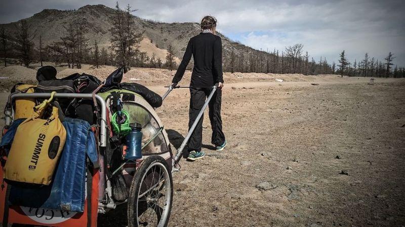 https: img.okezone.com content 2021 06 05 18 2420594 kisah-wanita-yang-berjalan-kaki-keliling-dunia-sendirian-tinggalkan-hidup-yang-sudah-mapan-MdvVB3Mi4B.jpg