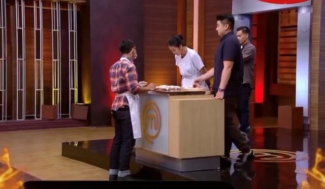 https: img.okezone.com content 2021 06 05 298 2420768 chef-arnold-unjuk-skill-memotong-ayam-di-bootcamp-masterchef-indonesia-8jcPdm4TcW.jpg