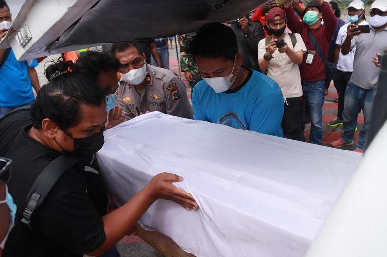 https: img.okezone.com content 2021 06 05 340 2420763 jenazah-tukang-bangunan-yang-ditembak-kkb-dipulangkan-ke-kampung-halaman-4GH5uQAnoc.JPG