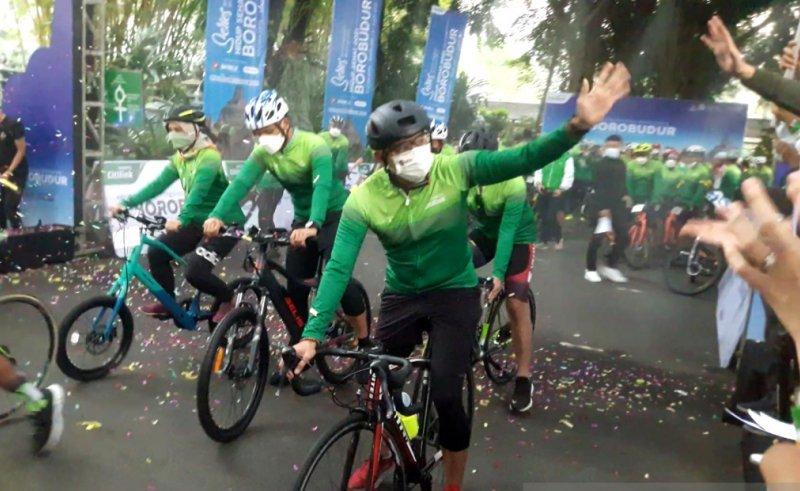 https: img.okezone.com content 2021 06 05 406 2420627 kampanyekan-sport-tourism-sandiaga-gowes-dari-yogya-ke-borobudur-0S9MxcJRII.jpg