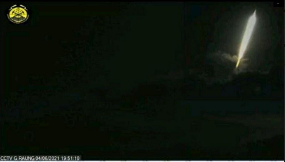 https: img.okezone.com content 2021 06 05 519 2420673 heboh-cahaya-misterius-jatuh-di-gunung-raung-lapan-turun-tangan-DlSqtSCznk.JPG