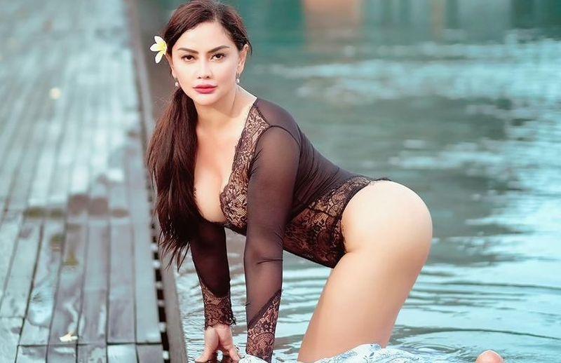 https: img.okezone.com content 2021 06 06 194 2420823 berpose-duduk-di-atas-meja-mami-sisca-pakai-daleman-gak-sih-yfSWwbiB1c.jpg