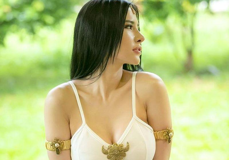 https: img.okezone.com content 2021 06 06 194 2420826 pakai-outfit-serba-putih-lekuk-badan-maria-vania-bikin-iri-0RCGFMOuQw.jpg