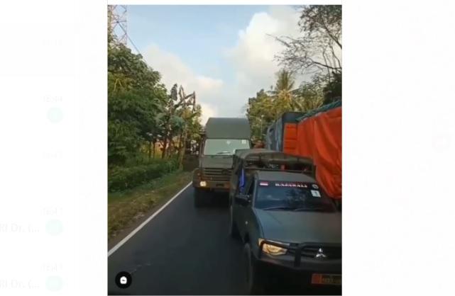 https: img.okezone.com content 2021 06 06 337 2420989 viral-iring-iringan-kendaraan-tempur-kostrad-dihadang-truk-WDfsBUqqZB.jpg