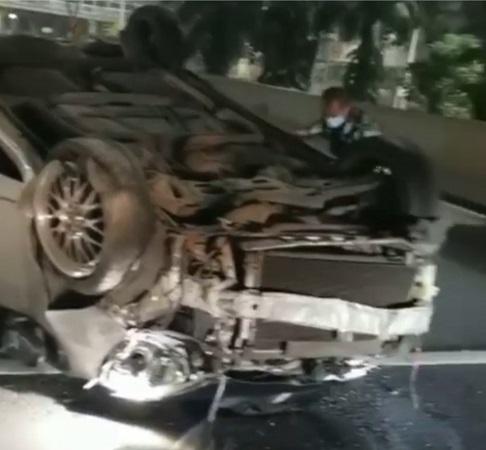 https: img.okezone.com content 2021 06 06 338 2420845 mobil-terguling-di-simpang-susun-semanggi-arah-bundaran-hi-qfH13MI6m3.jpg