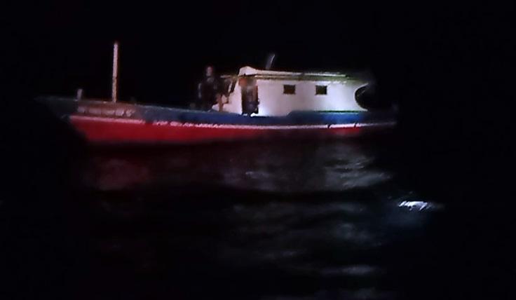 https: img.okezone.com content 2021 06 06 340 2421063 perahu-pemancing-terbalik-dihantam-gelombang-seorang-warga-hilang-oumGBx3C9s.jpg
